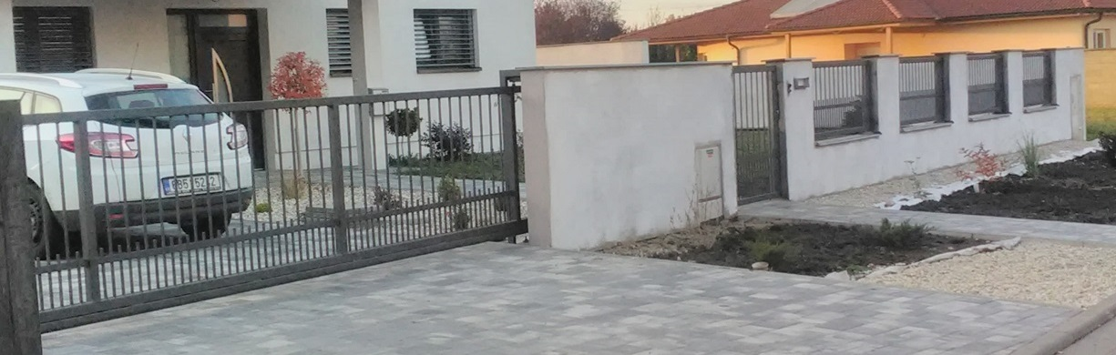 Posuvná brána s brankou a plotem Pages